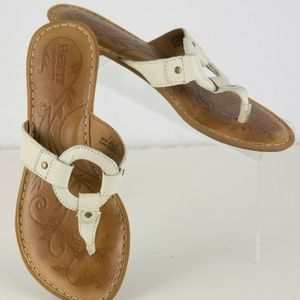 BORN WOMEN'S 7M WHITE LEATHER THONG SANDALS